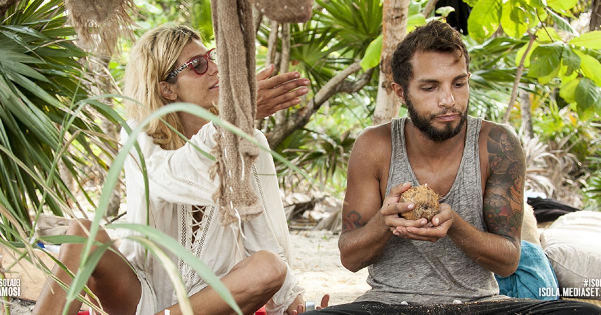 Isola dei Famosi: i finalisti, Bosco bacia Mara, la rivincita di Paola
